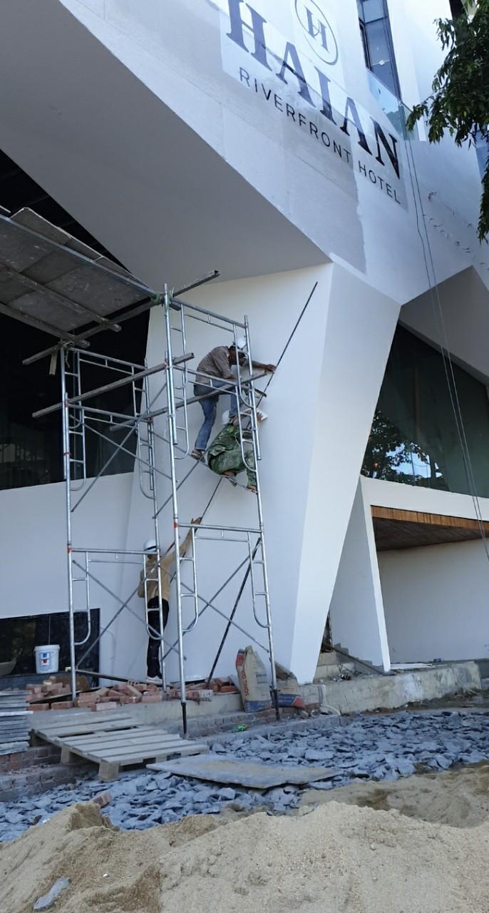 công nhân tiến hành sơn cho khu vực sảnh và trệt